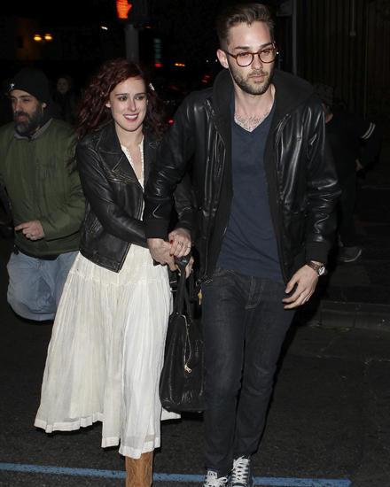 Rumer Willis verlässt mit einem Freund nach ihrem Konzert glücklich eine Bar in Los Angeles.