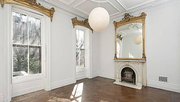 Stuckbesetzte Decken, goldene Verzierungen und einer von sechs Kaminen machen diesen Raum zu einem echten Hingucker.