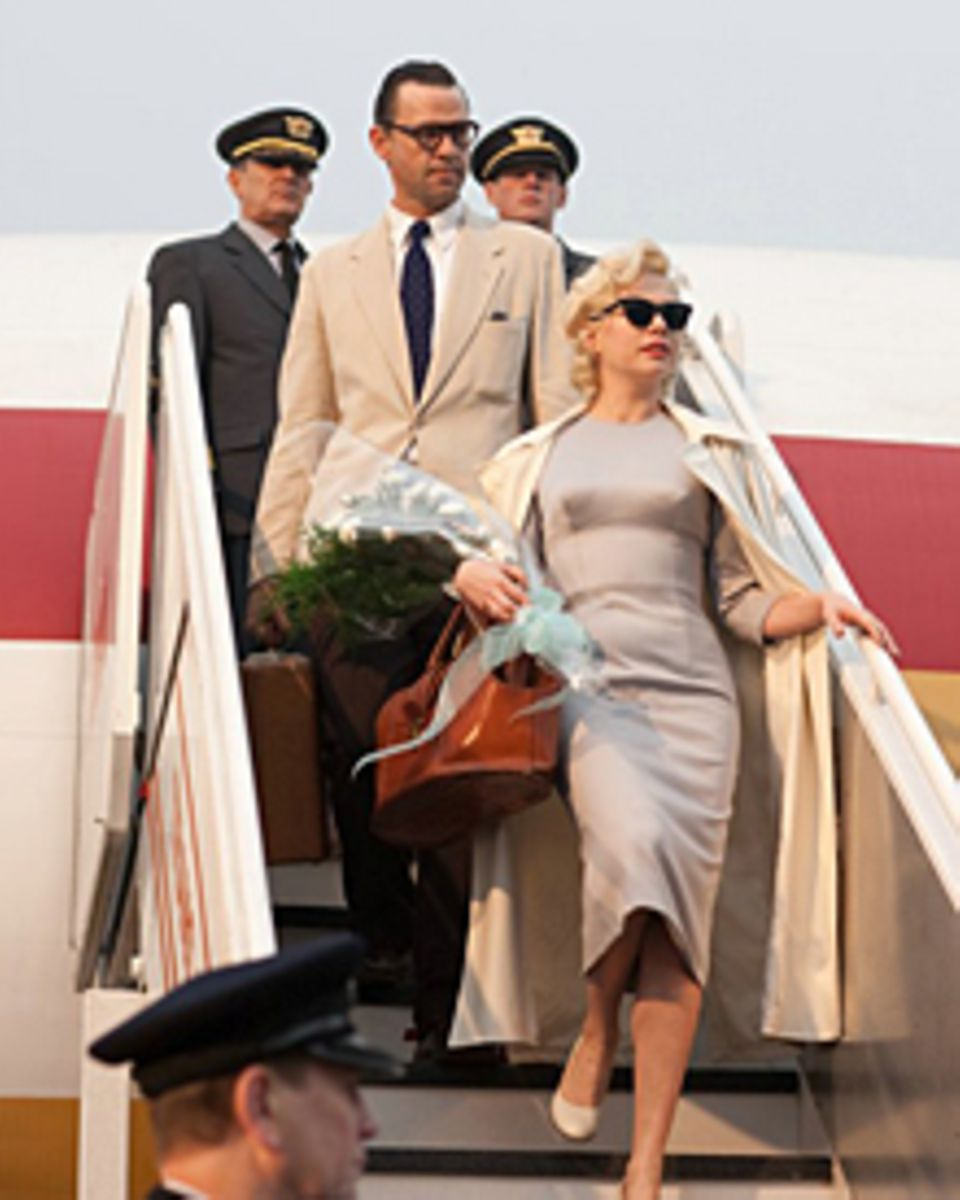 Hollywood-Ikone Marilyn Monroe (Michelle Williams) kommt mit ihrem Mann Arthur Miller (Dougray Scott) in Großbritannien an.