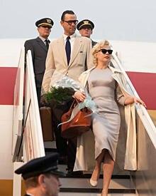 Hollywood-Ikone Marilyn Monroe (Michelle Williams) kommt mit ihrem Mann Arthur Miller (Dougray Scott) in Großbritannien an.