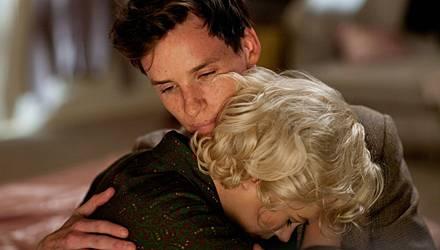 In Colin Clark (Eddie Redmayne) findet Marilyn Monroe (Michelle Williams) schnell einen Vertrauten.