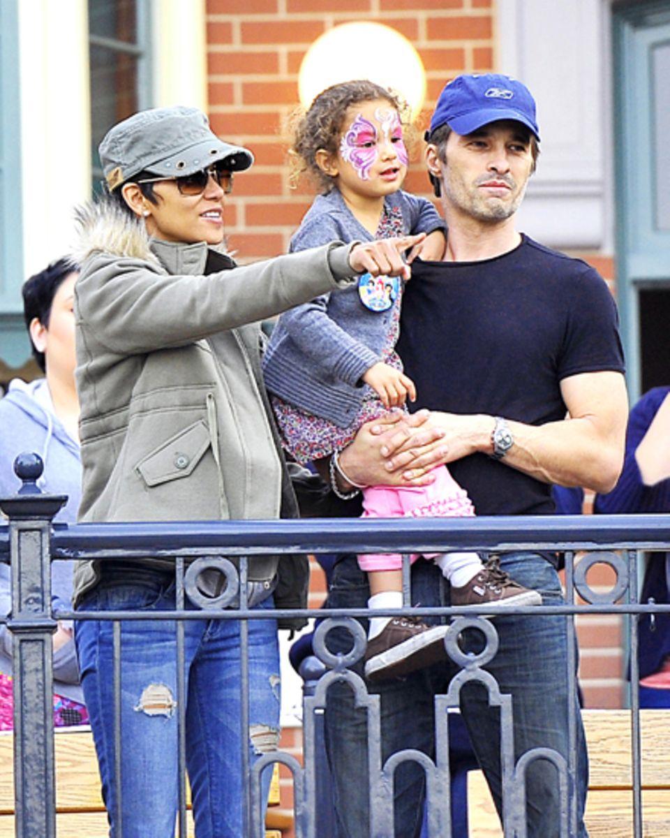 Familienausflug: Halle Berry mit dem französischen Schauspieler Olivier Martinez, 46, und ihrer Tochter Nahla, 3, in Disneyland,