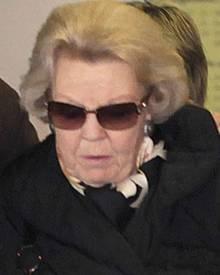 Die Gesichtszüge angespannt, der Blick gesenkt: Die Trauer um ihren Sohn Prinz Friso ist Königin Beatrix deutlich anzusehen.
