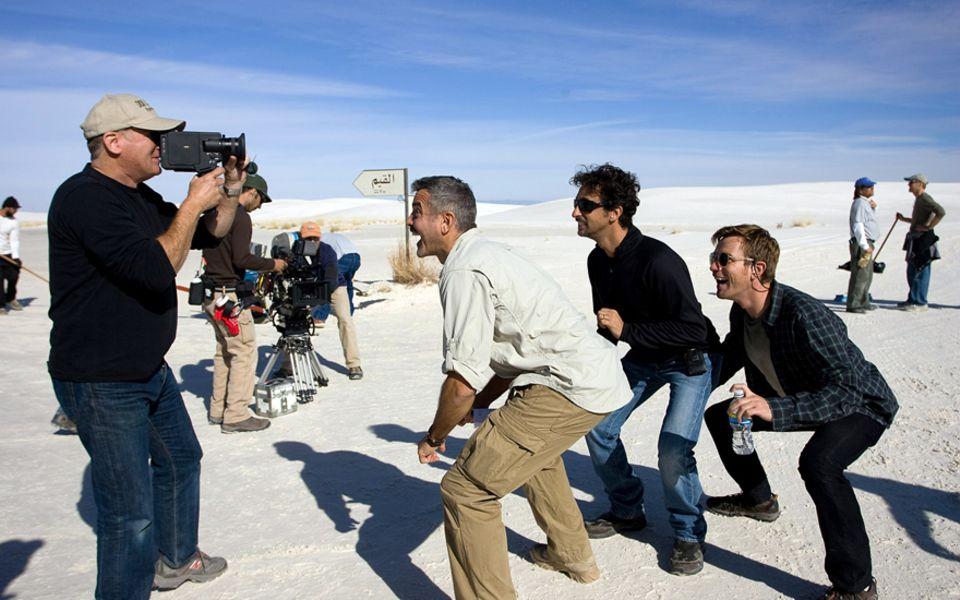 """Die Jungs haben Spaß: George Clooney, Grant Heslov und Ewan McGregor (v. l.) beim Dreh zu                                       """"Männer, die auf Ziegen starren"""". Hesl"""