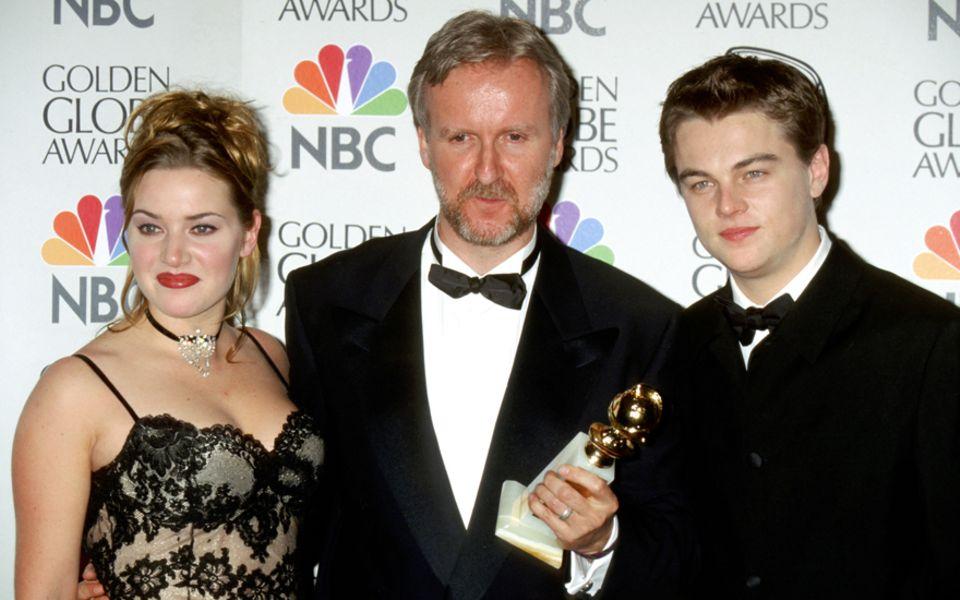"""James Cameron (M.) mit seinen Hauptdarstellern Kate Winslet und Leonardo DiCaprio 1998                                       bei den Golden Globes. """"Titanic"""" wurde al"""