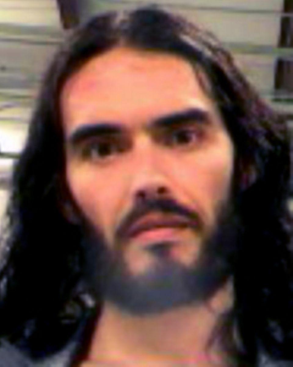 """Im Rahmen seiner Inhaftierung wurde von Russell Brands ein """"mug shot"""" geknipst."""