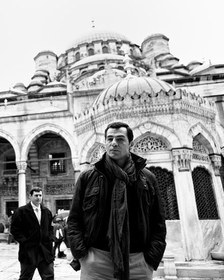 """Erol Sander vor der Yeni-Moschee. """"Als Kind habe ich an einem Abend zu Allah und am anderen zu Gott gebetet - damit sich keiner"""