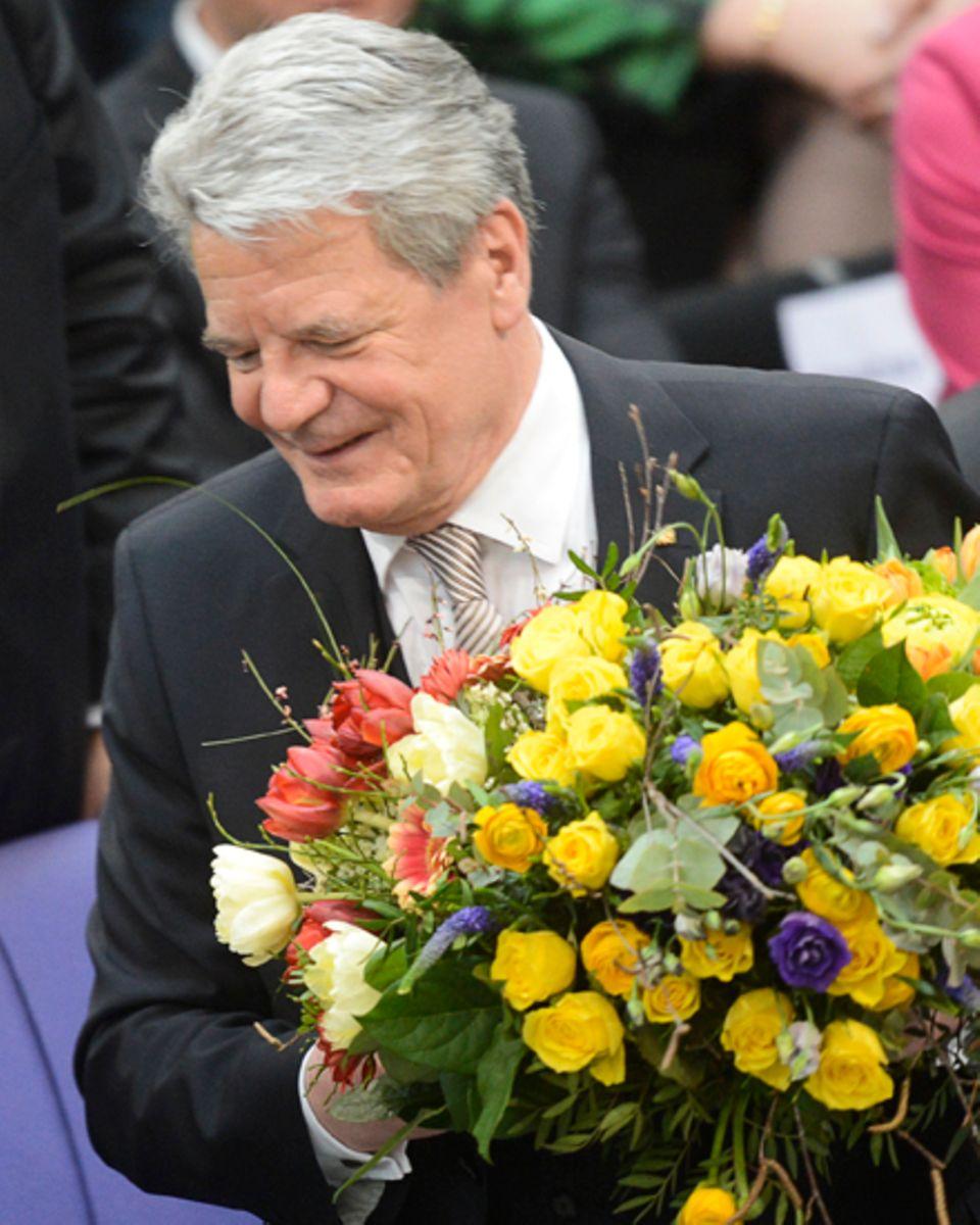 Nach seiner Wahl zum Bundespräsidenten nimmt Joachim Gauck einen Bulmenstrauß entgegen.