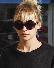 Die runde Brillenfassung schmeichelt Nicole Richie sehr.