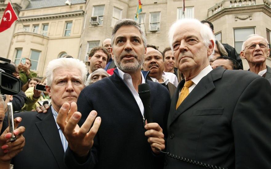 Spektakuläre Aktion: Clooney wird nach einer Demo vor der sudanesischen Botschaft in Washington in Handschellen ab geführt, wo e