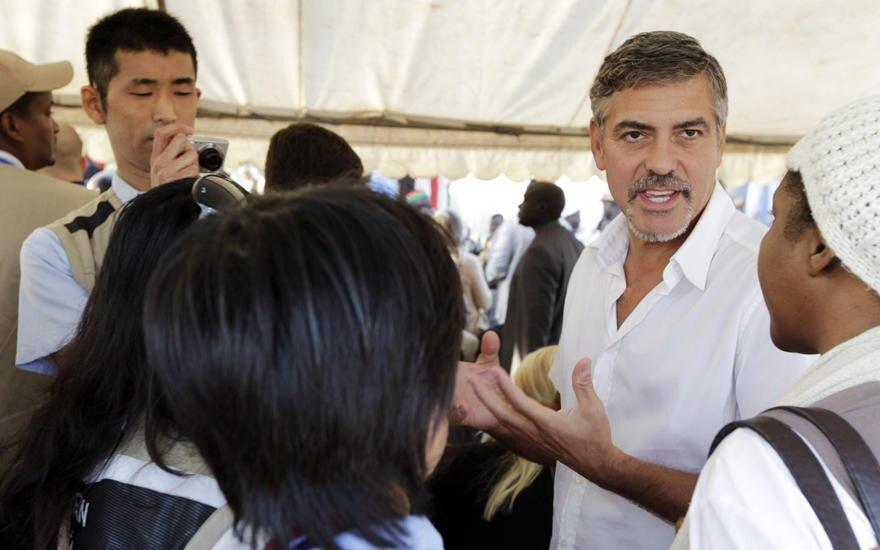 George Clooney spricht mit einigen Vertretern der Japanischen Regierung. Schon seit Jahren setzt er sich für die Menschen im Sud