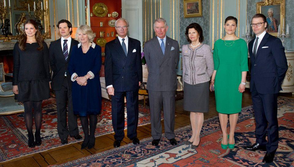 Die schwedische Königsfamilie nimmt Prinz Charles und Herzogin Camilla im Königspalast in Empfang.