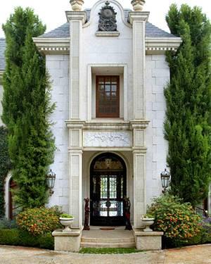 Nicht nur der Eingang der Millionenvilla ist äußerst representativ, auch die Ausstattung könnte kaum luxuriöser sein.