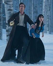 Prinz Andrew (Armie Hammer) beschützt sein Schneewittchen (Lily Collins).