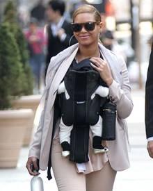 Glamour Girls in New York: Mama Beyoncé mit XXL-Creolen - und die zehn Wochen alte Tochter Ivy mit goldenen Schühchen.