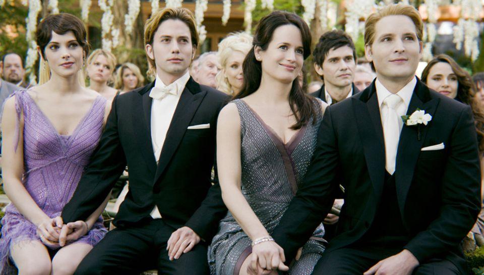 Ashley Greene, Jackson Rathbone, Elisabeth Reeser und Peter Facinelli als Vampire. An der schlechten Blondierung und dem Make-Up