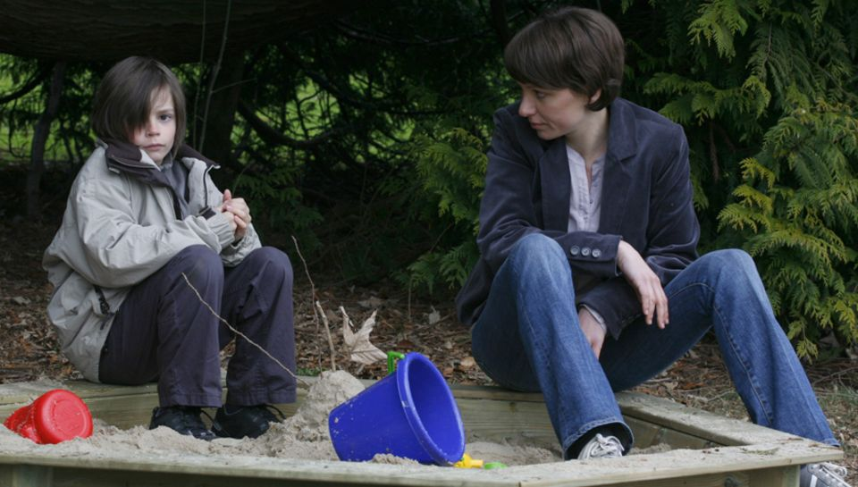 David (Jannik Brengel) spielt mit seiner Ärztin Nora (Julia Koschitz).