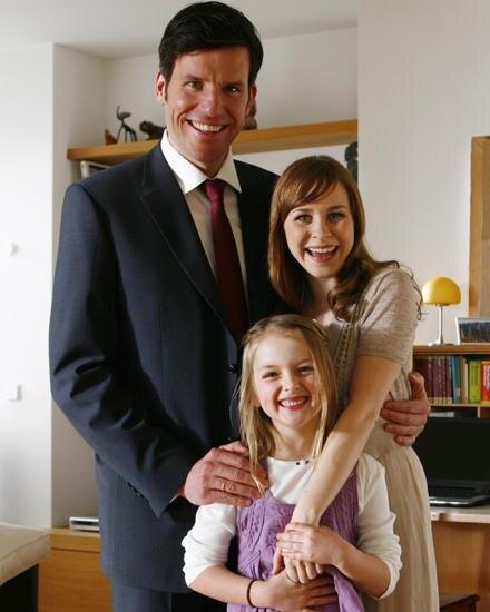 Sabine (Jasmin Schwiers) und Christian (Tim Begmann) mit Tochter Tine (Amona Aßmann) noch glücklich vereint.