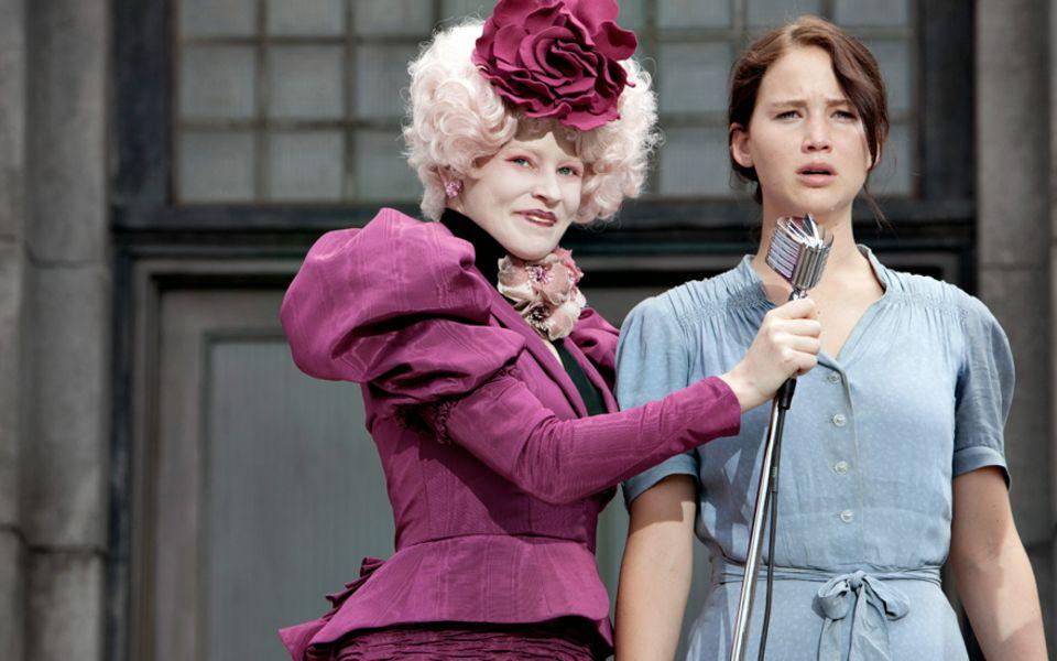 """Im Film opfert sich Katniss für die tödlichen """"Hungerspiele"""", um ihre Schwester zu schützen  (eine Filmszene mit Elizabeth Banks)"""