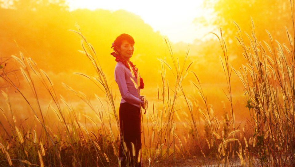 """""""Uns faszinierte ihre tragische Liebesgeschichte"""", sagt Michelle Yeoh (Filmfoto). In der Rolle der Suu Kyi etabliert sich das eh"""