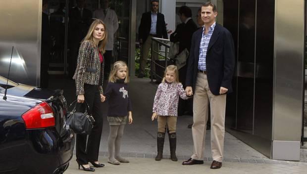 """Prinzessin Letizia und Prinz Felipe besuchen gemeinsam mit ihren Kindern Leonor und Sofia König Juan Carlos in der """"San Jose""""-Kl"""