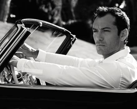 Eine Szene aus dem Dior-Spot, Jude Law blickt verträumt aus dem Cabrio.