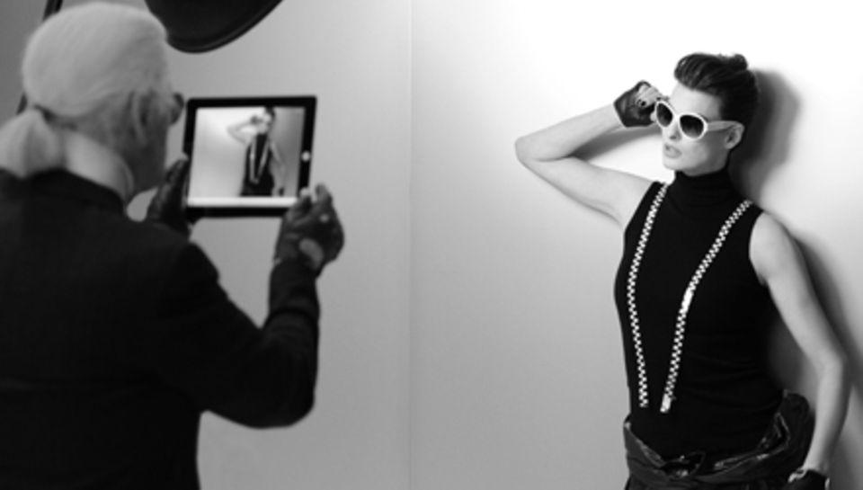 Den Zwischencheck erledigt Fotograf und Chanel-Kreativdirektor Karl Lagerfeld mit seinem iPad beim Shooting mit Linda Evangelist