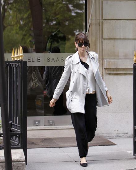 Zufrieden verlässt Jessica Biel, 30, den Showroom von Elie Saab in Paris. In der Fashion-Metropole suchte sie nach dem perfekten