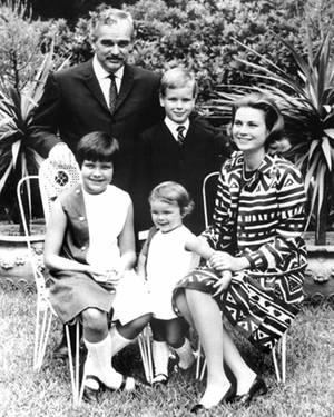 Genauso wie der Schauspielerin ging auch Fürstin Gracia die Familie über alles, hier auf einem Familienportrait von 1976 mit Für