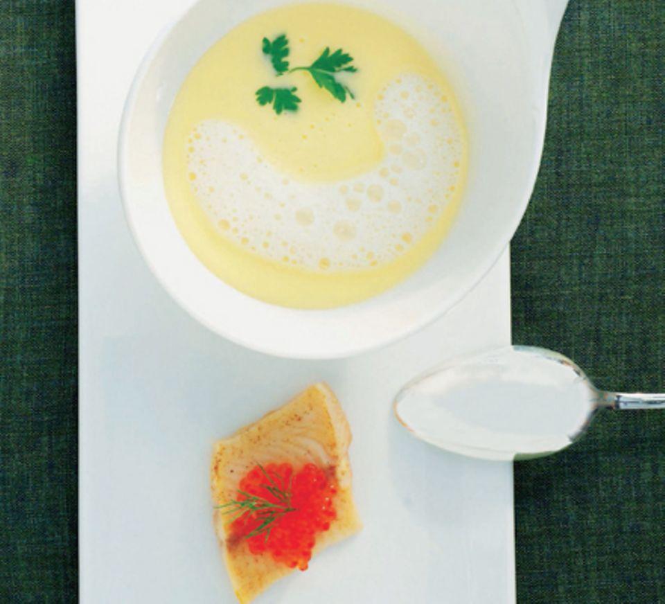 Spargelsuppe mit Bachforelle und Forellenkaviar
