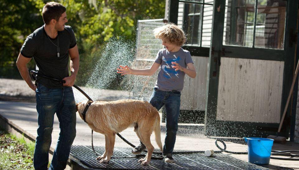 """Zac Efron spielt den Soldaten """"Logan Thibault"""", der auf einer Hundefarm in Louisiana anheuert."""