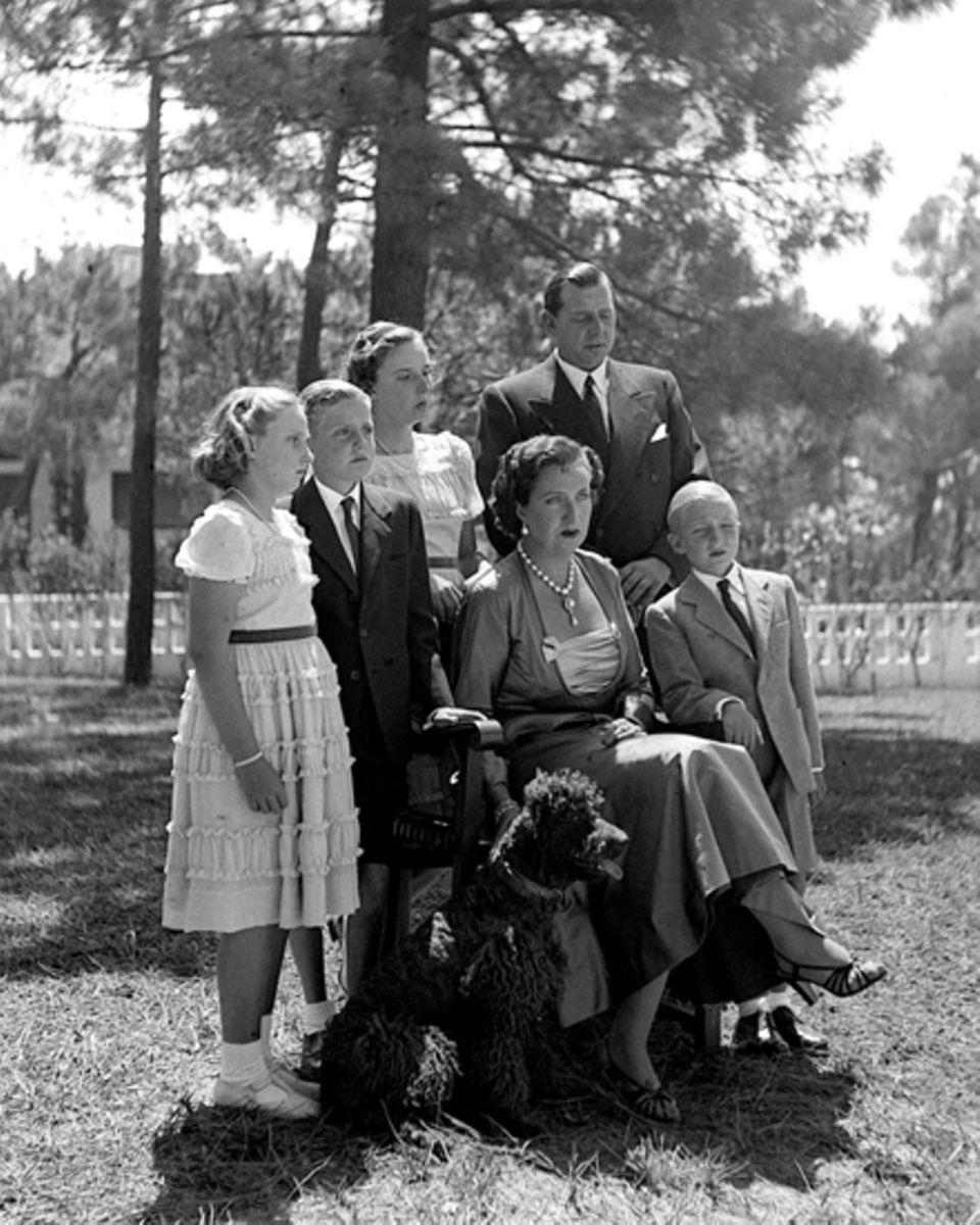 Juan de Borbon und Maria de las Mercedes mit ihren Kindern: Margarita, Juan Carlos, Pilar und Alfonso 1949, im Garten ihrer Resi