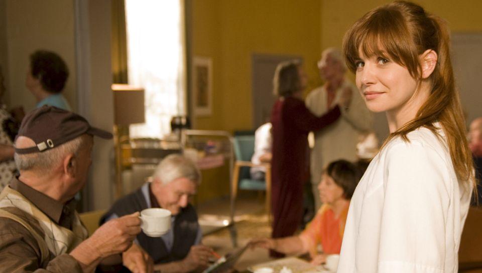 """Lotta (Josefine Preuß) freut sich, wieder im """"Haus Abendrot"""" zu arbeiten. Die Menschen dort sind ihr ans Herz gewachsen."""