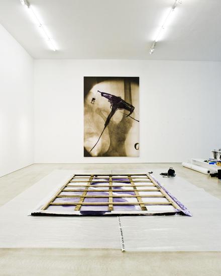 Im unteren Geschoss der Galerie werden Schnabels sogenannte Röntgenbilder gezeigt, eines liegt hier noch auf dem Boden, um aufge