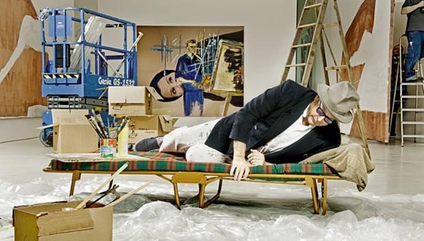 Sonst zeigt sich Julian Schnabel gerne im Pyjama, fürs GALA-Shooting hat er sich aber in typischere Künstler-Kluft geworfen.