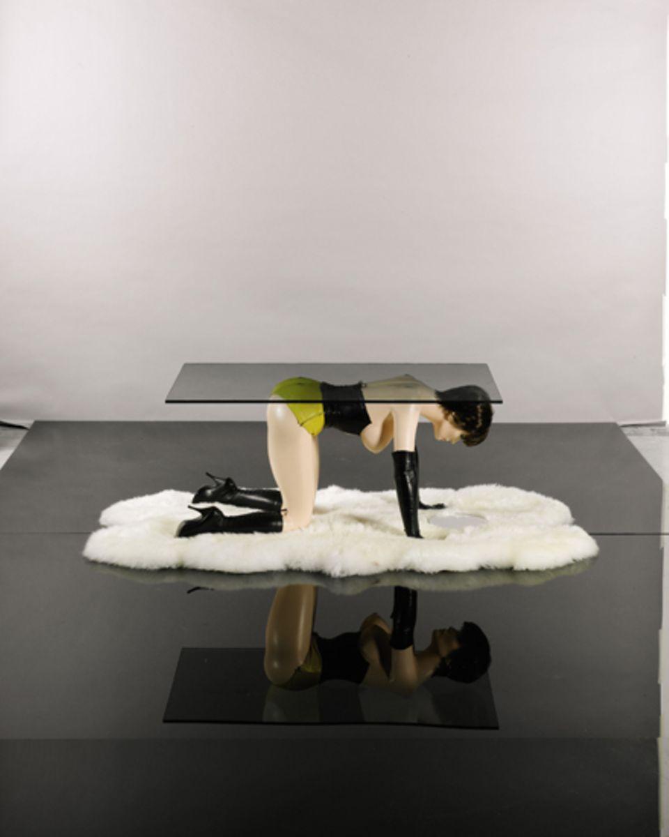 """""""Tisch"""" (1969) des britischen Bildhauers Allen Jones, Schätzwert: 35000 - 47000 Euro"""