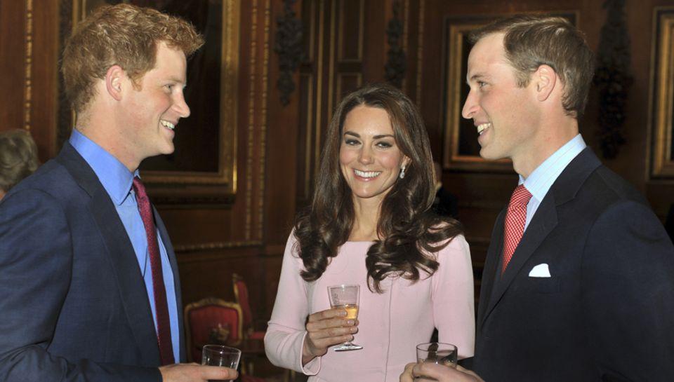 Naturtrüber Apfelsaft, natürlich beste Stimmung: die Prinzen Harry und William amüsieren sich zusammen mit Catherine beim Empfan