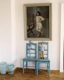 Auf einem Flohmarkt auf Mallorca entdeckte die Künstlerin dieses Porträt eines kleinen Jungen von 1910 (o.). Später wurde das Bi