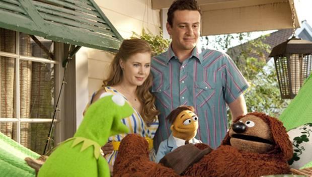 Mary (Amy Adams), Gary (Jason Segel) und Walter wollen gemeinsam mit Kermit die Muppet-Studios retten.