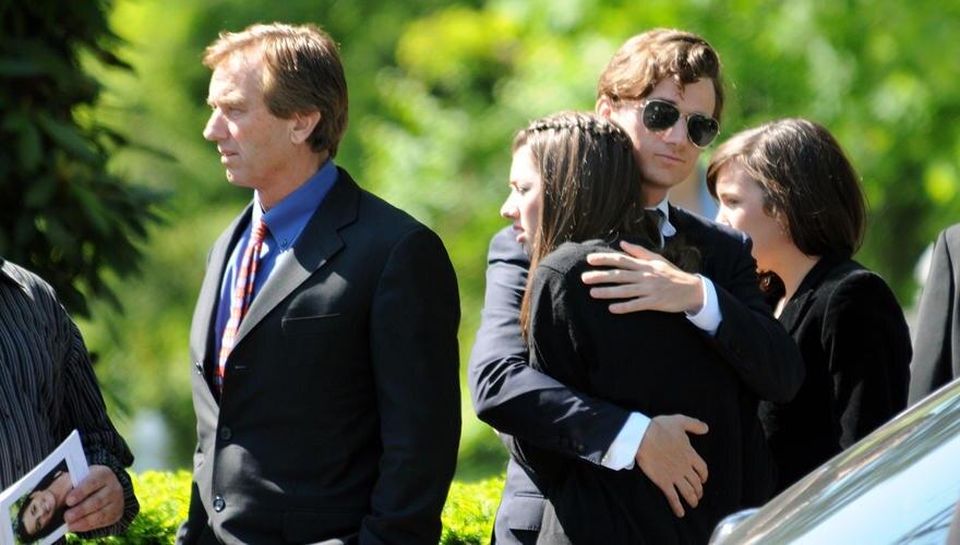 Bei der Trauerfeier für seine langjährige Ehefrau Mary Richardson Kennedy in Bedford spielte Robert Kennedy Jr. eine tragende Ro