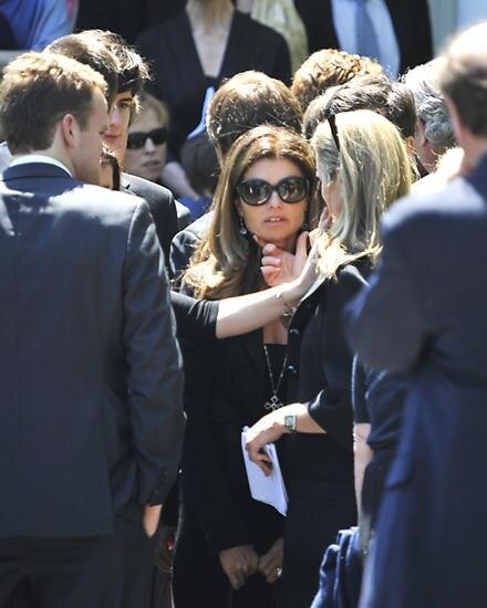 Auch Arnold Schwarzeneggers Noch-Ehefrau Mariah Shriver, eine Cousine von Robert Kennedy Jr., kam zur Trauerfeier.