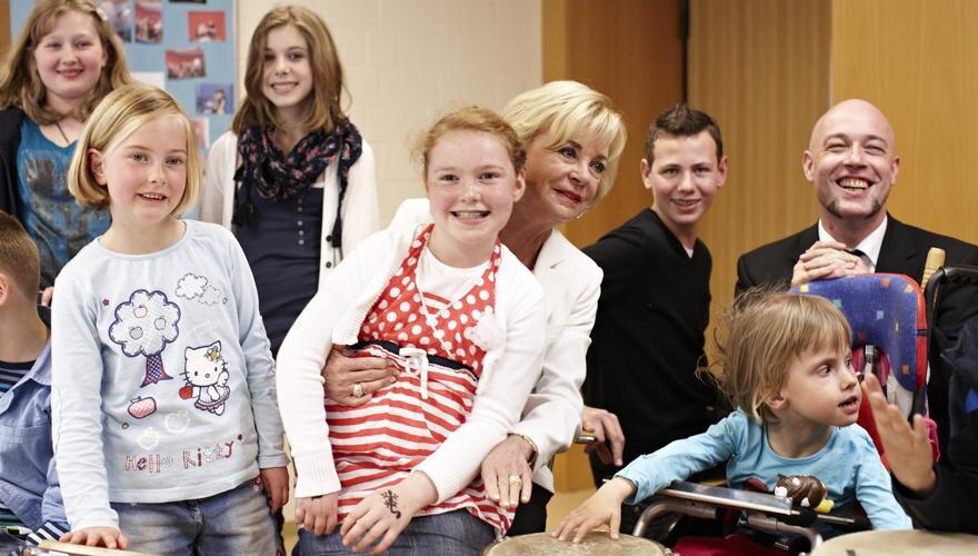 Erst eine Fragerunde, dann Musik: der Graf und die jungen Patienten auf der Klinik-Bühne in Bremen. Vor allem Eric, der selbst M