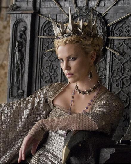 Die böse Königin Revanna will Snow White vernichten.