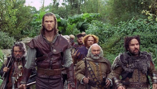 Zusammen mit den sieben Zwergen will der Huntsman Snow White vor der bösen Königin beschützen.