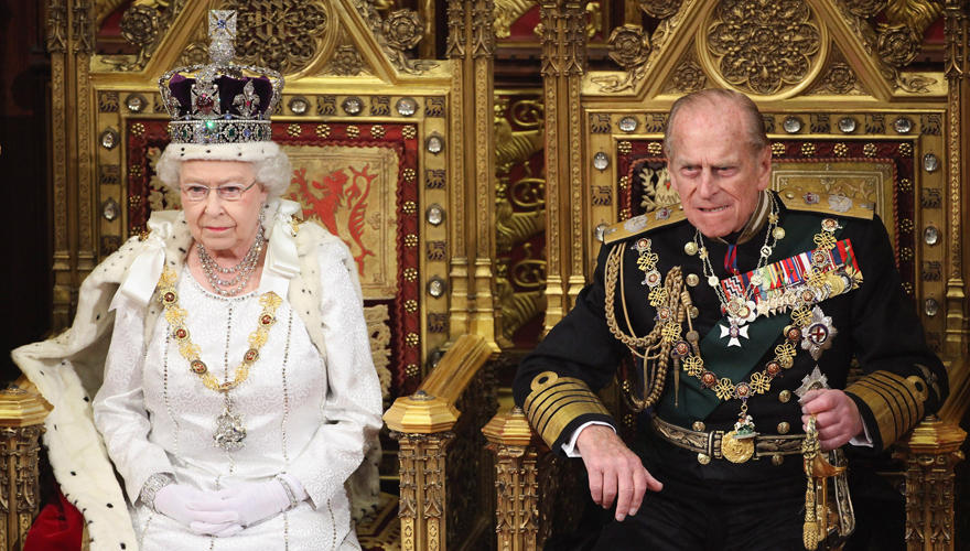 Eine handfeste Monarchin: Queen Elizabeth mit Prince Philip bei der offiziellen Parlamentseröffnung.