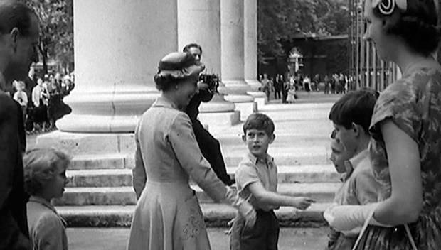 1957 stellt Charles seine Mutter bei einer Sportveranstaltung an seiner Schule den Lehrern und Mitschülern vor.