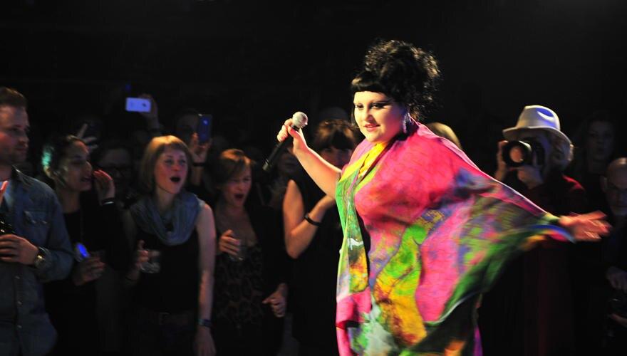 In einem kunterbuntn Kaftankleid wirbelt Beth Ditto in Berlin auf der kleinen Konzertbühne. Nur wenige Gäste waren zu der Privat