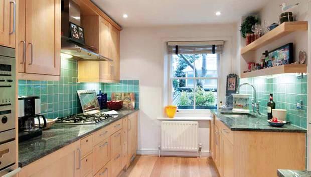 Die Küche ist mit modernen Geräten ausgestattet.