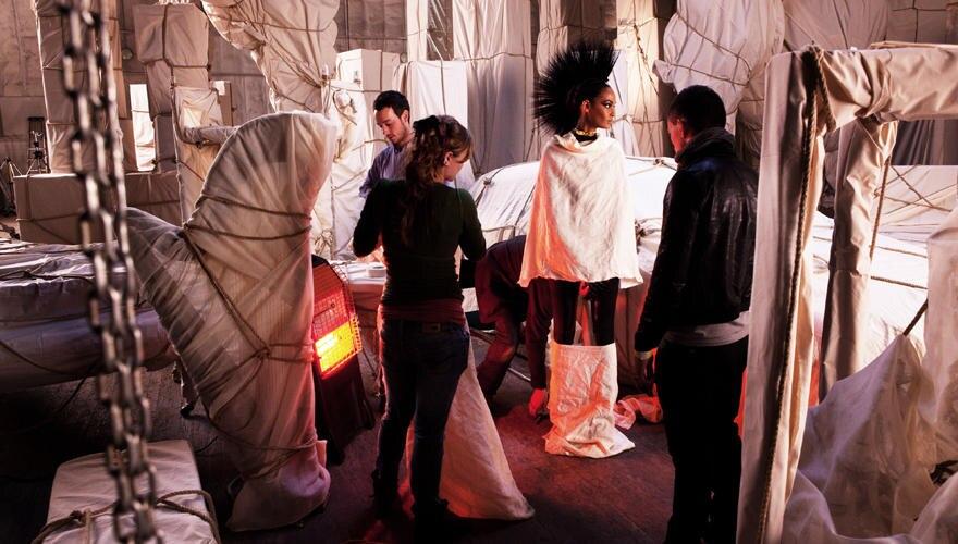 Bei den stofflichen Verhüllungen rund um Supermodel Joan Smalls für das Key-Visual der Fashionweek wirken das schöne Licht, die