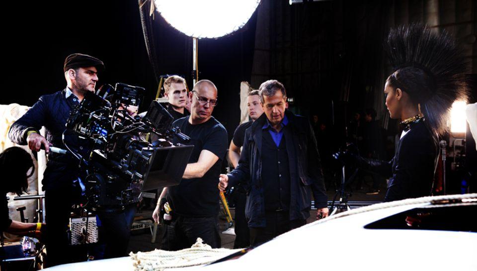 Höchste Konzentration herrscht am Set mit Celebrity-Fotograf Mario Testino, der das offizielle Motiv für die Mercedes-Benz Fashi